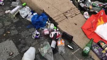 liverpool-festeggiamenti-tifosi-spazzatura