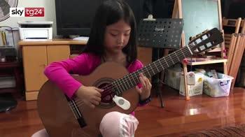 La bravura della piccola chitarrista cinese diventa virale