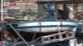 Lampedusa, la rimozione delle barche dei migranti