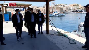 Sbarchi autonomi a Lamedusa, sull'isola arrivano in 700
