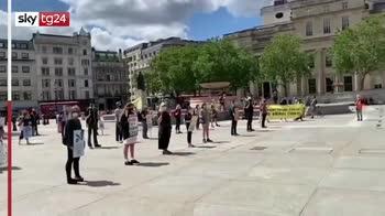 Regno Unito, fontane tinte di rosso dagli animalisti