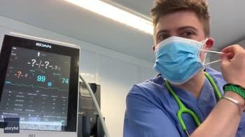 Mascherine e ossigeno, l'esperimento di un medico