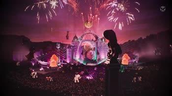 Katy Perry (incinta) arriva in mongolfiera al Tomorrowland