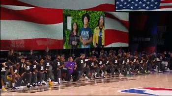 NBA, giocatori e allenatori in ginocchio durante l'inno