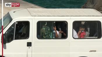 Lampedusa, migranti imbarcati su nave Azzurra