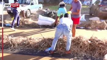Abitanti delle Mauritius cercano di pulire mare dal petrolio