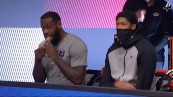 NBA, LeBron James mangia un panino in panchina