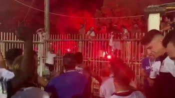 Gioia Spezia, i giocatori fanno festa con i tifosi