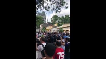 Maradona, i tifosi davanti allo stadio dell'Argentinos Jr