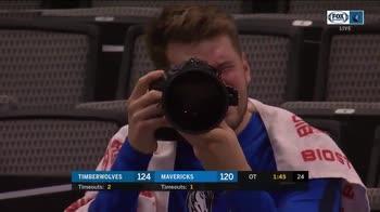 NBA, Luka Doncic si diverte a fare il fotografo in partita