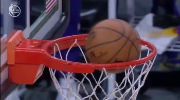 NBA, la palla gira 5 volte sul ferro: la reazione fa ridere