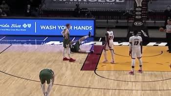 NBA, Brook Lopez imita la simulazione di Bam Adebayo