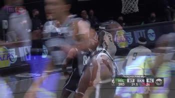NBA, i 34 punti di James Harden contro Milwaukee