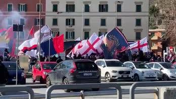 Genoa, i cori dei tifosi verso il pullman rossoblu