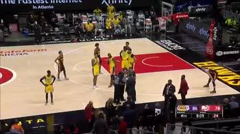 NBA: LeBron James litiga con due tifose in prima fila