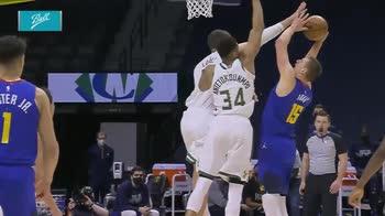 NBA, i 35 punti di Nikola Jokic contro Milwaukee