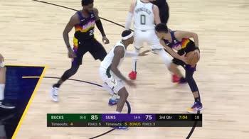 NBA, i 30 punti di Devin Booker contro Milwaukee