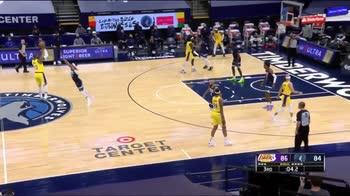 NBA, Logo-LeBron da centrocampo: ma le cose non vanno bene