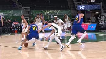 NBA, la tripla doppia di Nikola Jokic contro Milwaukee