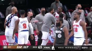 NBA, rabbia Julius Randle: prova ad aggredire l'arbitro