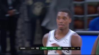 NBA, i 31 punti di Lonnie Walker IV contro Milwaukee