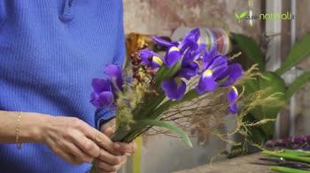 Composizione floreale con Iris e bacche di Rosa canina