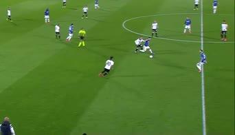 Spezia-Inter, la difesa del pallone di Lautaro Martinez