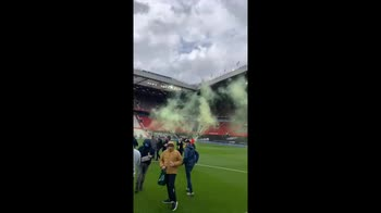 Tifosi invadono campo, rinviata Manchester United Liverpool