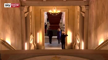 Parigi, Macron commemora Napoleone, ma la Francia è divisa