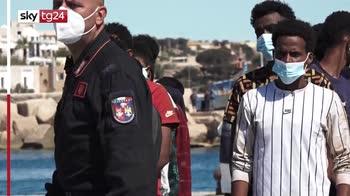 Lampedusa, centinaia di migranti sbarcano sull'isola