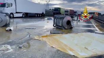 Incidente su A1, autostrada invasa da tuorlo d'uovo. VIDEO