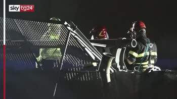 Milano, auto precipita su binari treno: grave conducente