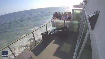 Malibu, balcone crolla per il troppo affollamento