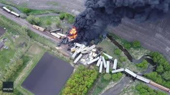 Treno merci in fiamme dopo crollo di un ponte. VIDEO
