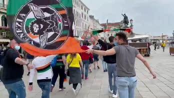 Venezia, la carica dei tifosi prima della finale