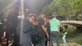 Venezia, festa promozione: tuffo dei giocatori nel Canale