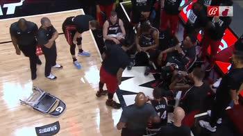 NBA, Udonis Haslem sbatte la sedia per terra nel timeout