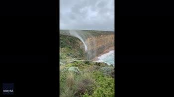 Australia, la cascata al contrario per colpa del vento