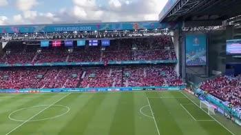 Tifosi danesi e finlandesi cantano insieme per Eriksen