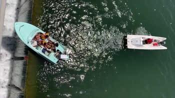 La barca resta bloccata sull'orlo della diga. VIDEO
