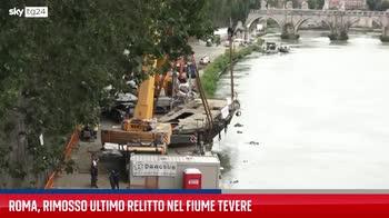 Roma, la rimozione del relitto nel fiume Tevere. VIDEO