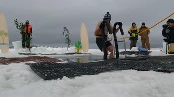 Solstizio, in Antartide si festeggia con un bagno sottozero