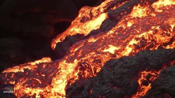 Islanda, la lava fuoriesce da pietra a forma di uovo. VIDEO