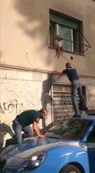 Roma, bimba in bilico sul balcone salvata da agenti. VIDEO
