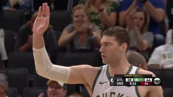 NBA, 33 punti per Brook Lopez in gara-5 vs Atlanta