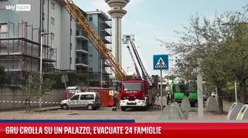 Tromba d'aria a Rozzano, gru crolla su un palazzo