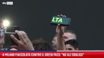 Milano, fiaccolata contro Green Pass in piazza della Scala