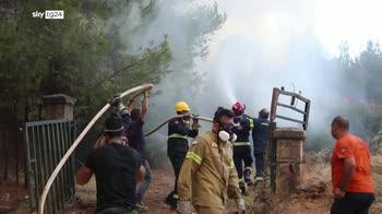 Atene, evacuati 300 residenti citt� immersa nel fumo
