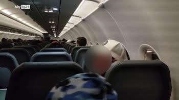 Frontier Airlines, passeggero bloccato al sedile con il nastro adesivo