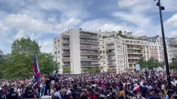 La folla per Messi fuori dal Parco dei Principi